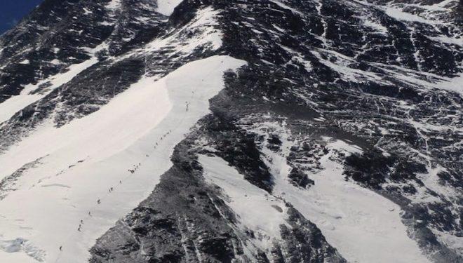 Multitud camino de la cumbre del Everest por la ruta normal de la vertiente norte en 2012 (Nacho Orviz)