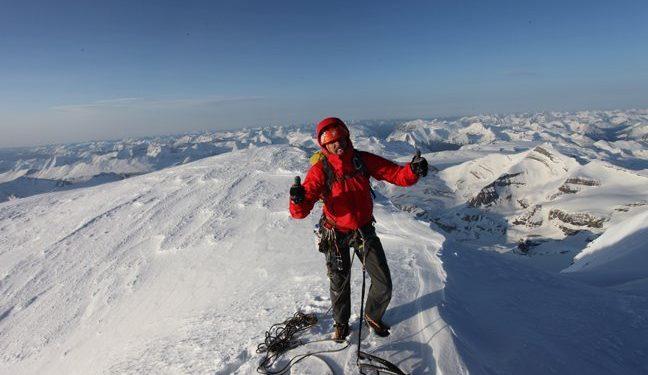 Josh Wharton en la cumbre del Mt. Robson (Rocosas Canadienses)  (Jon Walsh)
