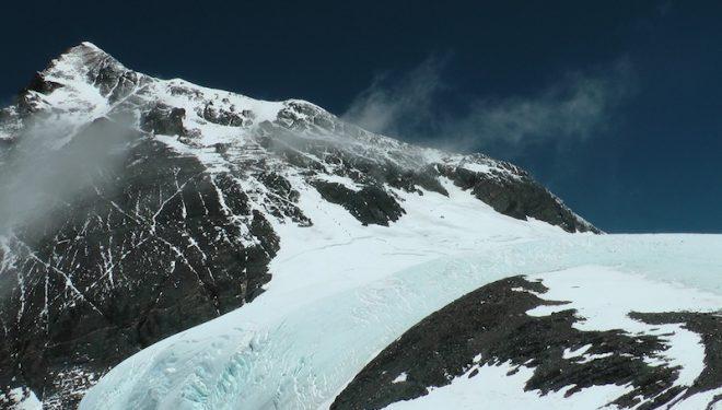 Alpinistas camino de la cima del Everest el 18 de mayo de 2012  (Ralf Dujmovits)