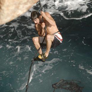 En algunos sectores de psicobloc es muy importante equipar la salida del agua con una cuerda con nudos o una escalerilla.  (Darío Rodríguez/Desnivelpress.com)