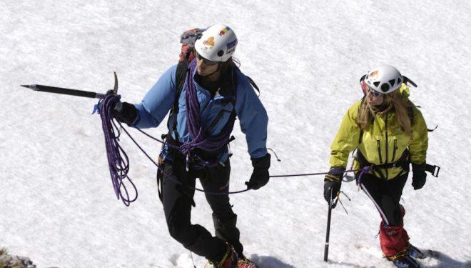 Fernando Calvo, guía de montaña de Picos de Europa, con su cliente Ani (Ana Dago Quesada), en una ascensión en la zona de Áliva. Picos de Europa. España.