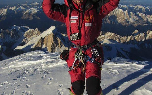 Gerlinde en la cima del K2  (M.Zhumayev)