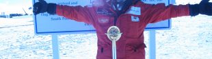 El aventurero Albert Bosch llegando al Polo Sur geográfico  ()
