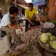 David Lama y Peter en un mercado local.  (David Lama