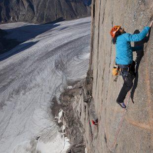 Alex Huber en la Bavarian direct a la Torre Sur del Mt. Asgard (Baffin)  (Adidas Outdoor)
