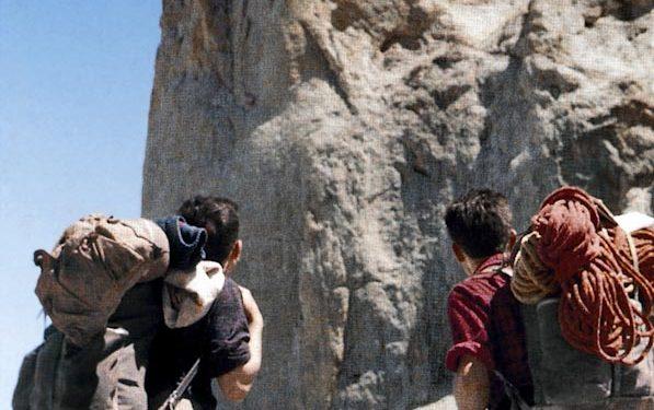 Alberto Rabadá y Ernesto Navarro contemplan la cara oeste del Naranjo de Bulnes