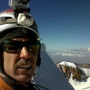 Andrés Zegers en la cumbre del Huayna Potosí (Cordillera Real