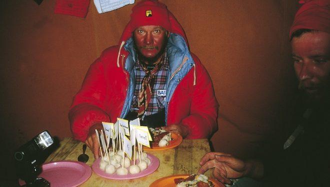 Jerzy Kukuczka celebra los Catorce Ochomiles al bajar del Shisha Pangma el 18 de septiembre de 1987.  ()