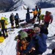 Preparando a los heridos en la avalancha del Manaslu para su evacuación  (Alpine Ascents)
