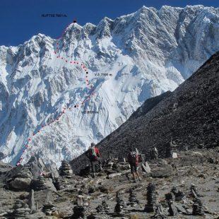 Vía de los ingleses por la cara sur del Nuptse (7.861 m) con los campamentos previstos marcados  ()