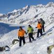 Excursionistas caminan por encima del glaciar Aletsch .  (ST/Swiss Image.)