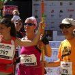 Nuria Hijano (guía de montaña para deportistas ciegos) y Carmen Ponce y en una carrera por montaña. ()