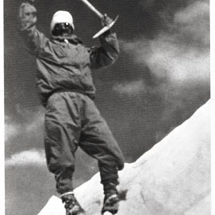 Maurice Herzog en la foto de cima del Annapurna en 1950  ()