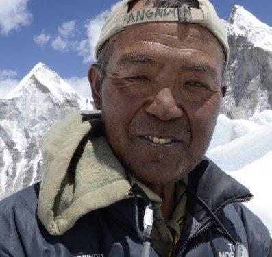 Campo base del Everest 2011. Ang Nima lleva muchos años trabajando como Icefall Khumbu Doctor.  (©Darío Rodríguez 2011)