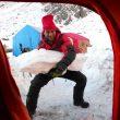 Daniele Nardi reforzando las tiendas contra el viento en el Nanga Parbat invernal  (Federico Santini)