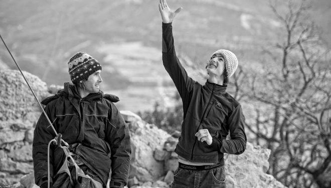 Chris Sharma y Adam Ondra en Oliana al día siguiente de que Adam realizara la primera ascensión de La dura dura (9b+).  ()