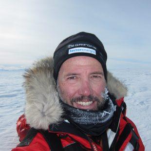 Albert Bosch en el Polo Sur después de 67 días de travesía por el desierto blanco de la Antártica. (Albert Bosch)