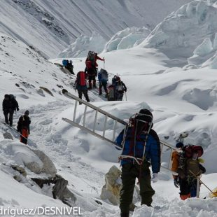 Sherpas en el campo 2 del Everest en la primavera 2011.  ()
