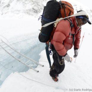 Campo base del Everest 2011. Un sherpa en la Cascada de Hielo.  (©Darío Rodríguez 2011)