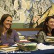 Pati Blasco con una de las asistentes al Taller de Escritura. La Noche de los Libros 2012.  (Darío Rodríguez)