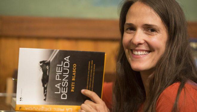 Pati Blasco firmando ejemplares de su libro La piel desnuda.  ()