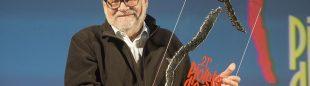 Kurt Diemberger sostiene el premio Walter Bonatti por su trayectoria alpinística. Piolets d'Or 2013  ()