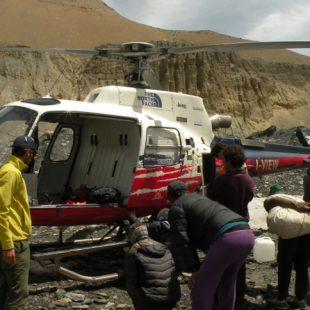 El helicóptero en el campo base del Dhaulagiri preparado para trabajar en el rescate de Juanjo Garra.  (Expedición Dhaulagiri 2013)