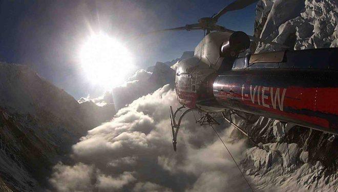 El helicóptero de rescate de Simone Moro sobrevuela el Himalaya  (Col. S. Moro)
