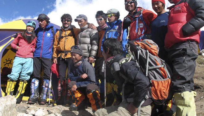 Alpinistas y sherpas en el campo base del Kangchenjunga antes del intento a la cima. A la izquierda imagen Oscar Cadiach y Lluis Rafols.  ((c) Oscar Cadiach/Lluis Rafols)