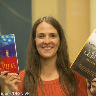 La escaladora y escritora Pati Blasco con sus dos libros: Andando la vida y La piel desnuda.  ()