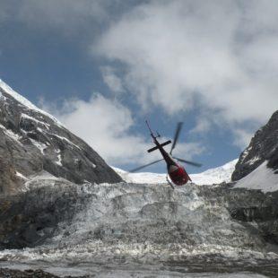 El helicóptero inicia el vuelo en el campo base para sobrevolar el Dhaulagiri durante el rescate de Juanjo Garra. (Expedición Dhaulagiri 2013)