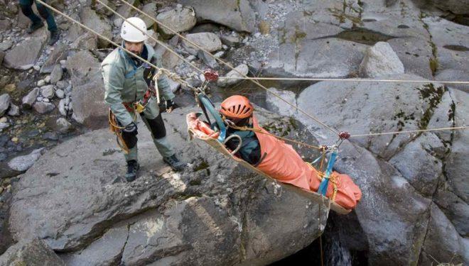 Prácticas de espeleosocorro a cargo del Grupo de Rescate en Montaña (GREIM) de la Guardia Civil.  (Servicio de Montaña de la Guardia Civil)