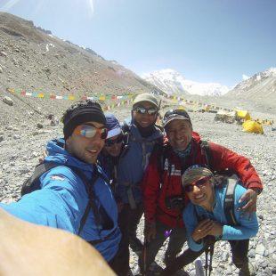 Iván Vallejo (de rojo) con los miembros de Somos Ecuador en el campo base de la vertiente norte del Everest.  (Somos Ecuador)
