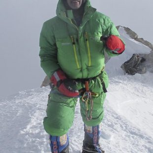 Oscar Cadiach en la cima del Kangchenjunga.  ((c) Oscar Cadiach/Lluis Rafols)