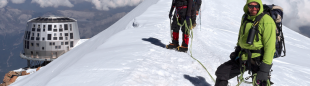 Dos alpinistas cerca del nuevo refugio de Goûter.  (Tom Fahy)