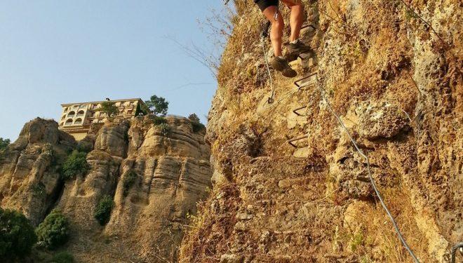 Un tramo de la Escalerilla de la Muerte. Al fondo se ve el Parador de Ronda.  (Rafael Flores.)