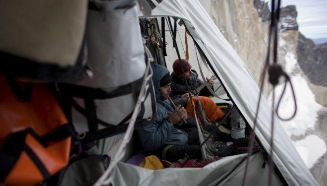Los hermanos Favresse tocan música en la hamaca durante una ascensión en las Torres del Paine.  (Hermanos Favresse)