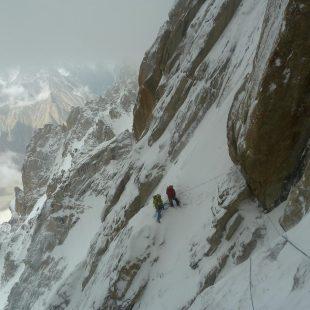 Alberto Iñurrategi y Mikel Zabalza rapelando en el Paiju Peak  ()