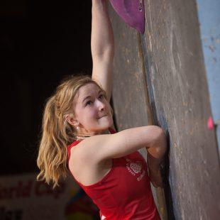 Shauna Coxsey en la Copa del Mundo de Búlder 2013 de Millau (Francia)  (Austria Climbing Federation/Heiko Wilhelm)