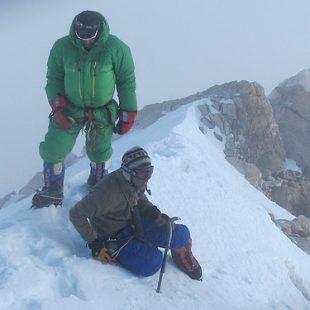 Oscar Cadiach (de verde) con el alpinista húngaro Peter Kiss  en la cima del Kangchengjunga. Peter fallecería en el descenso de la cima.  ()
