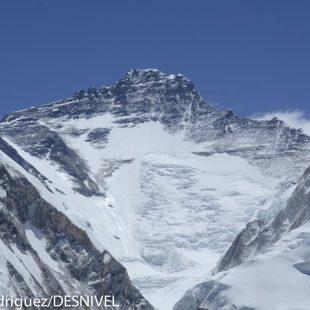 Lhotse visto desde el campo base del Pumori.  ()