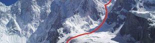 Línea de la ascensión de Raphael Slawinski e Ian Welsted en la cara noroeste del K6 Oeste (valle de Charakusa)  (Foto: Rafal Slawinski Topo: Janusz Kurczab