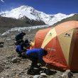 Carlos Soria y su equipo instalando las tiendas del campo base del Shisha Pangma  (Expedición Carlos Soria BBVA)