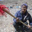 Muktu Sherpa con las banderas para marcar la ruta de ascensión al Shisha Pangma  (Expedición BBVA Carlos Soria-Shisha Pangma)