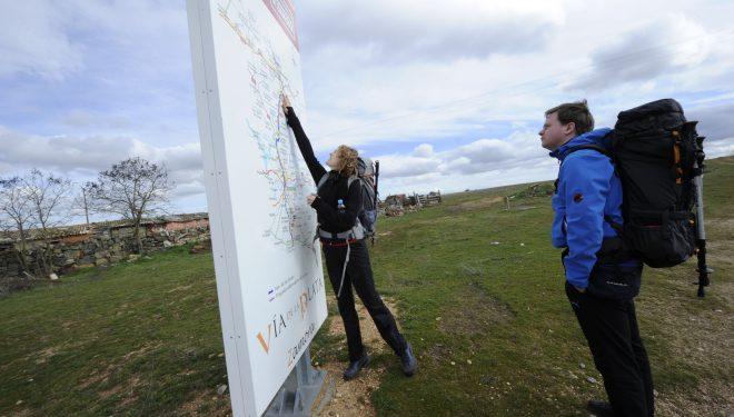 Dos peregrinos consultan un panel del Camino Mozárabe en Zamora.  (Darío Rodríguez)