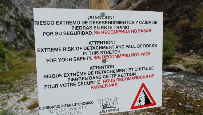 Cartel recomendando no entrar en el tramo de la Senda del Cares afectado por el incendio de la semana pasada.  (Parque Nacional de Picos de Europa)