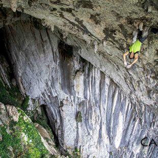 Dani Andrada en Lista para sentencia 9a de 80 metros. Cueva de La Leze.  (David López Campe)