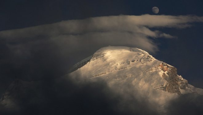 El Cho Oyu y la luna en otoño de 2013  (Ferran Latorre)