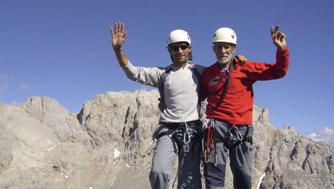 Nacho Sáez (izda) y Eloy Santín en la cima del Llambrión al fondo Torre Peñalba. Macizo Central Picos de Europa