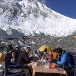 Somos Ecuador en el campo base de la vertiente norte del Everest (2013). A la izda en primer plano Iván Vallejo.  (Carla Pérez/Esteban Mena/ Somos Ecuador)